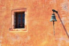 la cloche et la fenêtre sur le mur Photo libre de droits