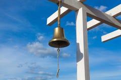 La cloche sur le dock du yacht-club Neftino, Russie Images libres de droits