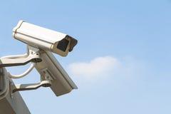 La cámara de seguridad detecta el movimiento en aparejo del reloj del fondo del cielo Fotografía de archivo