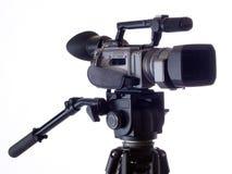 La cámara de vídeo negra montó en el trípode contra blanco Imágenes de archivo libres de regalías