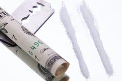 La cocaïne raye sur le miroir avec des drogues de lame de rasoir Images libres de droits