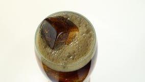 La coca-cola è versata in un vetro da una bottiglia Priorità bassa bianca Vista da sopra archivi video