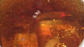 La coca-cola è versata in un vetro del ise Priorità bassa bianca Fine in su Movimento lento archivi video
