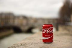 La Coca-Cola puede con París en fondo borroso Fotos de archivo libres de regalías