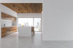 La cocina blanca y de madera, barra vista lateral Fotografía de archivo libre de regalías
