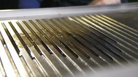 La cocina de las demostraciones de la cámara del primer vierte el aceite en la bandeja de la hornada del metal almacen de metraje de vídeo