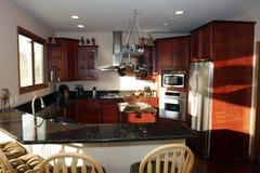 La cocina dentro contiene las propiedades inmobiliarias Fotografía de archivo libre de regalías