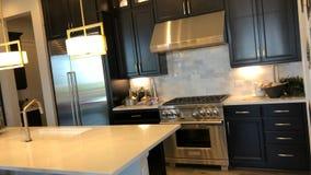 La cocina en el apartamento El dise?o del cuarto de la cocina fotos de archivo