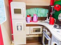 La cocina, la guarder?a y los juguetes de los ni?os para los ni?os Peque?a cocina ?rea de cocinar miniatura imagen de archivo