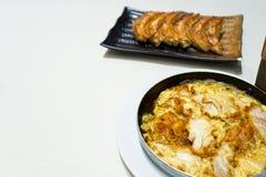 La cocina japonesa, Karaage Toji o el pollo frito con los huevos cocidos al vapor sirvieron en cuenco caliente y con gyoza imágenes de archivo libres de regalías