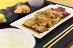 La cocina japonesa, pollo de Teriyaki sirvió con arroz, sopa de miso, Chawanmushi y la ensalada en la tabla de madera fotos de archivo