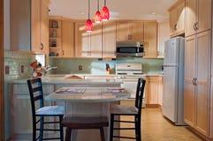 La cocina y las decoraciones después de remodelan Imagen de archivo libre de regalías