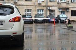 La coda di SUV è parcheggiata sulla via della pioggia Fotografie Stock