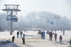 La coda per l'ascensore nelle feste del nuovo anno vacanza nella stazione sciistica Bansko bulgaria Immagini Stock