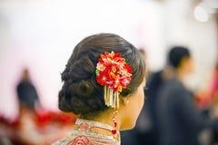 La coiffe de la jeune mariée dans un mariage chinois Photographie stock