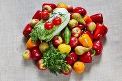 La col, el hinojo, la paprika, el perejil y la otra fruta en una lona Imagen de archivo