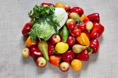 La col, la paprika, el perejil, el hinojo y la otra fruta en una lona Foto de archivo