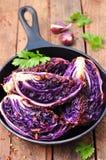 La col roja coció en aceite de oliva con las escamas de la pimienta de chile y la sal del mar Comida vegetariana se teñe la image Foto de archivo libre de regalías