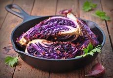 La col roja coció en aceite de oliva con las escamas de la pimienta de chile y la sal del mar Comida vegetariana se teñe la image Fotografía de archivo libre de regalías