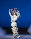 """La cola de caballo bate-Kunqu el  blanco de Opera""""Madame Snake†Fotografía de archivo"""