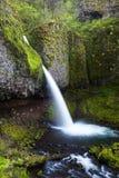 La cola de caballo superior cae en la garganta del río Columbia, Oregon Imagenes de archivo