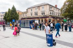 La cola de la gente para un bocadillo libre proporcionó por Lurpark en Cardiff Imagen de archivo