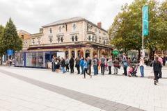 La cola de la gente para un bocadillo libre proporcionó por Lurpark en Cardiff Foto de archivo libre de regalías