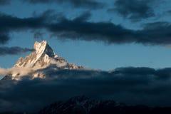 La cola de Machhapuchhre o de los pescados es nombre de la montaña Imágenes de archivo libres de regalías