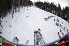 La cola para la elevación en los días de fiesta del Año Nuevo vacaciones en la estación de esquí Bansko bulgaria Foto de archivo