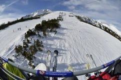 La cola para la elevación en los días de fiesta del Año Nuevo vacaciones en la estación de esquí Bansko bulgaria Fotos de archivo libres de regalías