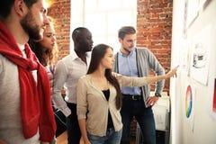 La colaboración es una llave a los mejores resultados Grupo de gente moderna joven en estrategia empresarial elegante del planeam fotografía de archivo