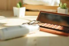 La colección cosmética incluye el polvo y embotella el espray puesto en el wo Imagenes de archivo
