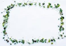La colección de cuentas de cristal verdes formó en un marco Imagenes de archivo