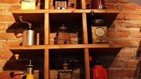 La colección de diferentes tipos de amoladoras de café del vintage putten en un tablero de madera metrajes