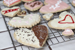 La colección de galletas de la tarjeta del día de San Valentín en corazón forma en un rac de enfriamiento Imágenes de archivo libres de regalías