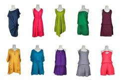 La colección de muchos colorea el vestido del vestido de noche en maniquí Imagen de archivo
