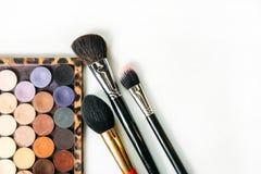 La colección del maquillaje cepilla y sombrea el fondo blanco aislado Foto de archivo