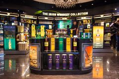 La colección irlandesa del whisky está en la exhibición en Dublin Airport Foto de archivo libre de regalías