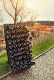 La colección wines envejecimiento en el estante al aire libre contra la ciudad vieja Pra Fotos de archivo libres de regalías