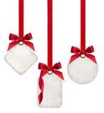 La colección de etiquetas en blanco del regalo atadas con la cinta de satén roja arquea Foto de archivo libre de regalías