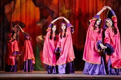 La colectividad adolescente del baile se vistió en danzas orientales de la alineada Foto de archivo libre de regalías