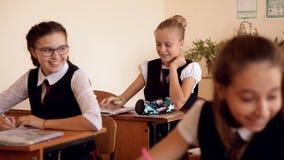 La colegiala bajo la forma de debes en la lección alrededor complace a compañeros de clase almacen de video