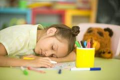 La colegiala cansada se cae dormido imagenes de archivo