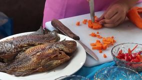 La colegiala elemental corta la zanahoria mientras que ella compite en la competencia de cocinar anual metrajes