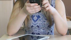 La colegiala escribe el mensaje usando el teléfono elegante almacen de video