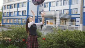 La colegiala feliz goza despu?s de la diversi?n de la escuela y de lanzar en la mochila del cielo almacen de video