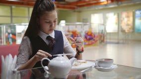 La colegiala hambrienta sola come en la cafeter?a de la escuela durante rotura almacen de video