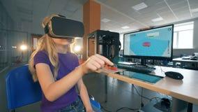 La colegiala primaria en vidrios de la realidad virtual 3D estudia technolgies innovadores en laboratorio de la escuela 4K almacen de metraje de vídeo