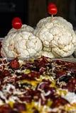 La coliflor adornada con el tomate y el rumano tradicional polen imagen de archivo libre de regalías