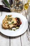 La coliflor con las setas coci? las patatas El cocinar vegetariano fotos de archivo